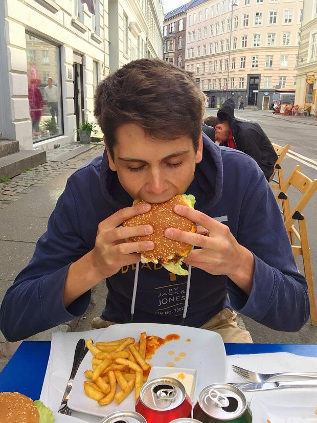 boy_eats_burger