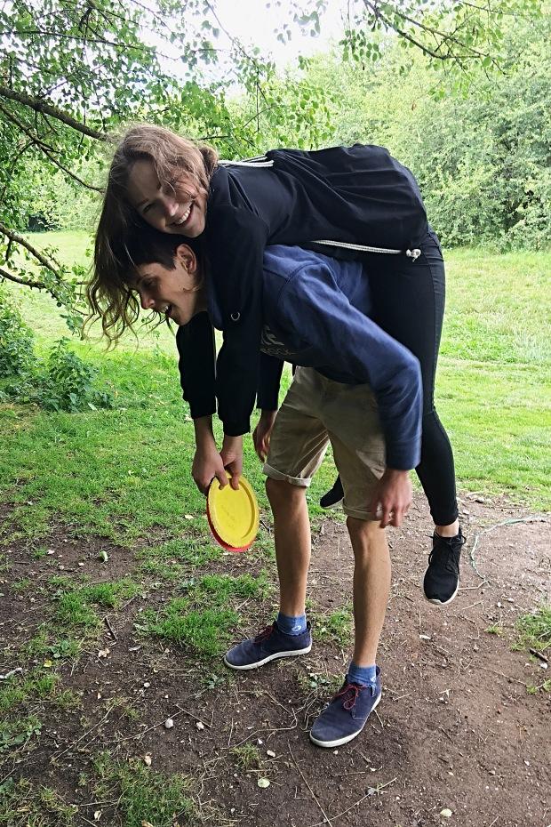 couple_piggy_back_ride